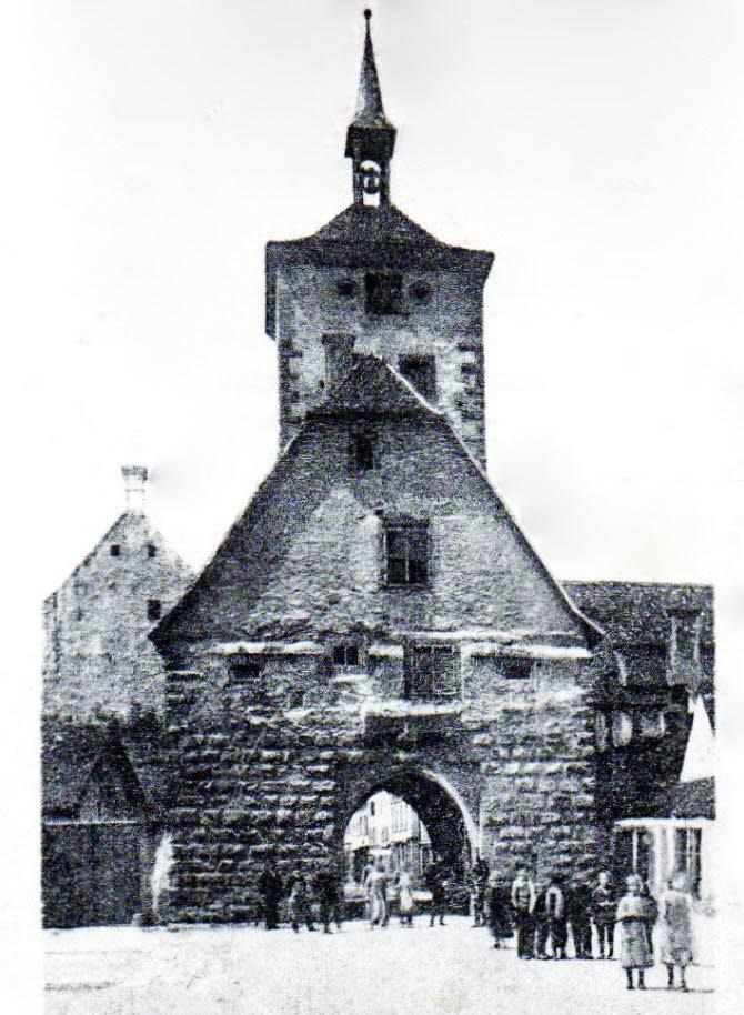 À gauche À Wissembourg, l'étage du Mitteltor abritait une prison. À droite La tour de la Poudrière recelait un cachot dans sa partie souterraine. PHOTOs d'archives